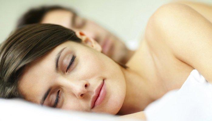 8 maneras de dormir desnudo mejora su salud