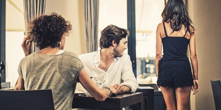 Por qué los hombres miran a otras mujeres