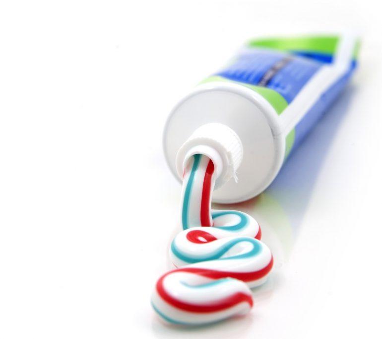 pasta de dientes sobre el acné